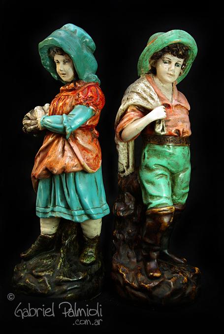 Estatuillas de niños pescadores